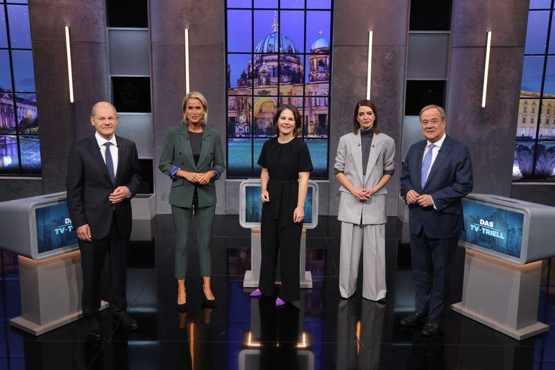 Claudia von Brauchitsch (zweite von links) und Linda Zervakis (zweite von rechts) trafen zum TV-Trill: Olaf Scholz links), Annalena Baerbock und Armin Laschet.