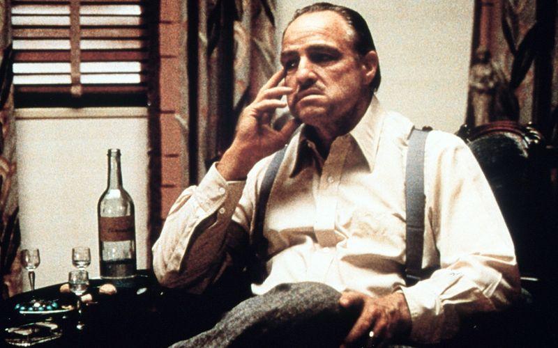 """""""Ich mache ihm ein Angebot, das er nicht ablehnen kann"""" - Nicht nur mit diesem Satz schrieb Marlon Brando in """"Der Pate"""" 1972 Filmgeschichte. Seinem Don Vito Corleone ist jedes Mittel recht, um seine Macht, seinen Einfluss und seine Geschäfte zu sichern. Aber ist Brandos Figur tatsächlich der Pate schlechthin?  Darüber lässt sich streiten - genauso wie über unsere ganz subjektive Liste der zehn fiesesten Mafia-Bosse aller Zeiten ..."""