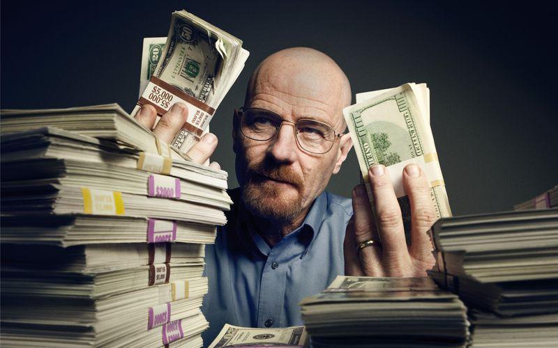 """Geld regiert die Serienwelt! Seit einigen Jahren überbieten sich die Streamingdienste um Netflix (Bild: Bryan Cranston in """"Breaking Bad""""), Amazon und Co. mit immer teureren Produktionen. Nun mischt auch Apple TV+ mit und schickt das Sci-Fi-Epos """"Foundation"""" an den Start."""