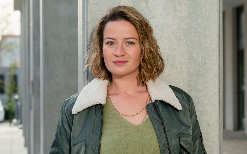 """Nach Hauptrollen in """"Charité"""" und nun als Gerichtsmedizinerin in der neuen ZDF-Krimireihe """"Theresa Wolff"""" kennt sich Schauspielerin Nina Gummich bestens aus mit Filmleichen. Im Interview erzählt sie, welche Alternativen es gibt, Tote im Film möglichst echt aussehen zu lassen."""