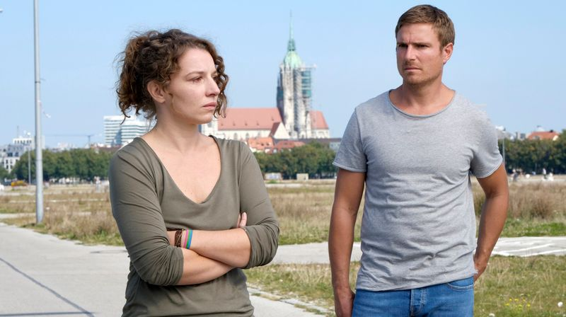 Arzthelferin Jella (Antonia Bill) vertraut sich Toni (Leo Reisinger) an.