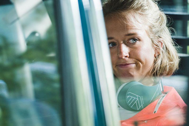 Julia (Susanne Wiesner) muss sich häufig über ihre Mitfahrerinnen wundern.