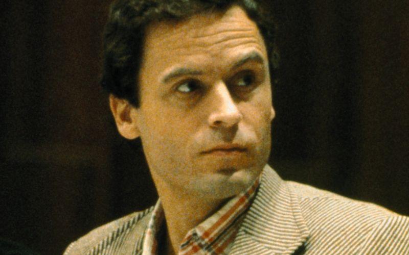 Kennen Sie diesen Mann? Wahrscheinlich nicht. Sein Gesicht kennen nur die wenigsten, sein Name hingegen verbreitete lange Zeit Angst und Schrecken: Serienmörder Ted Bundy gehörte in den 70er- und 80er-Jahren zu den meistgesuchten Verbrechern Amerikas. Wir zeigen Ihnen die bekanntesten Männer und Frauen, die das FBI auf seine berühmt-berüchtigte Fahndungsliste gesetzt hat.