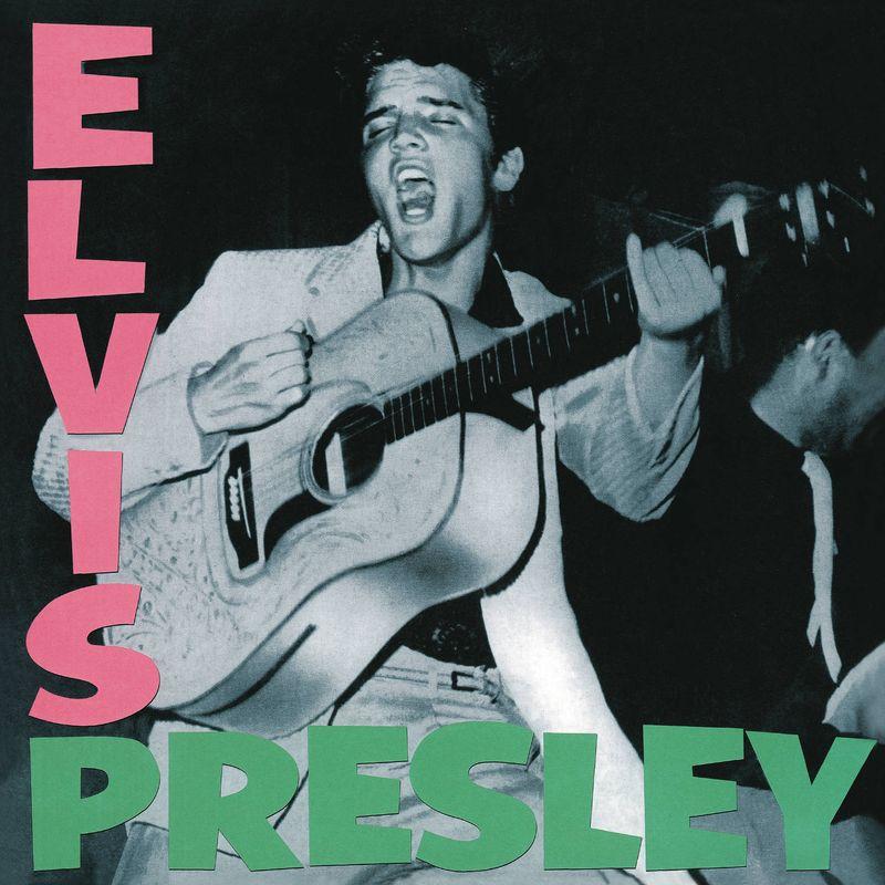 """Elvis Presleys selbstbetiteltes Debütalbum von 1956 ist an sich natürlich ein Stück Musikgeschichte, doch nicht nur die Songs (etwa """"Blue Suede Shoes"""") hinterließen Spuren, sondern auch das eigenwillige Artwork. Die pinken und grünen Lettern zum """"Elvis Presley""""-Album wurden später vielfach von anderen Künstlern als Schablone wiederverwendet."""