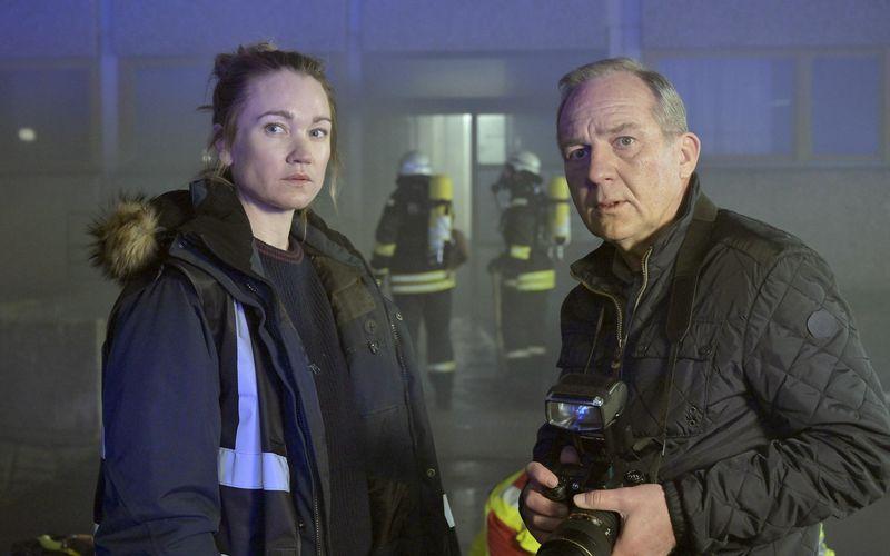 Maren (Lisa Maria Potthoff) und Hans (Uwe Preuss) berichten für die Lokalzeitung.