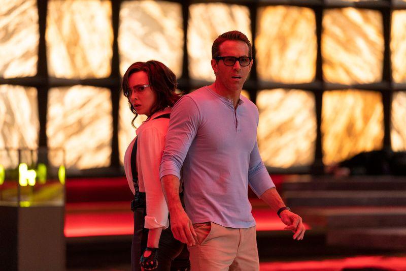 """Millie (Jodie Comer) und Guy (Ryan Reynolds) sind in """"Free Guy"""" Figuren in einem Computerspiel, das abgeschaltet werden soll."""