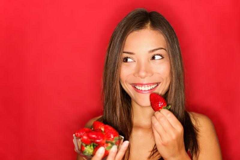 Über Lebensmittel Bescheid zu wissen ist besonders hilfreich, wenn Sie sich gesund ernähren und gleichzeitig auf Ihre Linie achten wollen. In unserer Galerie zeigen wir Ihnen die Spitzenreiter unter den kalorienarmen Nahrungsmitteln. Und nein, es handelt sich nicht nur um Obst- und Gemüsesorten ...