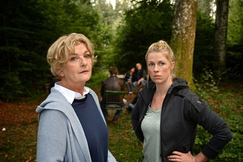 Marie (Christine Eixenberger, rechts) und ihre Mutter Irene Reiter (Saskia Vester) machen sich Sorgen um Vater Ernst, der sich die Schuld an Marcos Tod gibt.