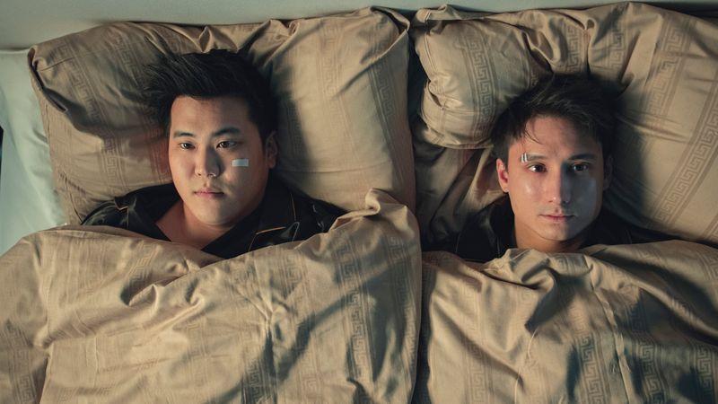 Zusammen mit Kumpel Joon landet Julien Bam im Bett - und in einer Parallelwelt.