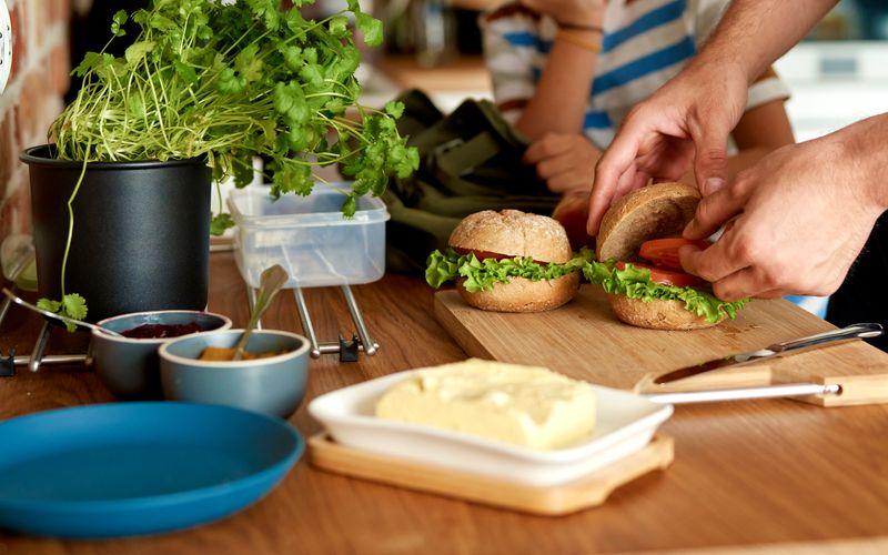 Der Kühlschrank ist eine tolle Erfindung: Verderbliche Lebensmittel wie Butter, Milch oder Eier halten darin deutlich länger. Doch was, wenn wir vergessen, die Butter zurückzustellen, oder wenn der Kühlschrank unbemerkt kaputtgeht? Wir verraten Ihnen, wie lange Milchprodukte, Wurst und gekochte Speisen außerhalb des Kühlschranks halten.