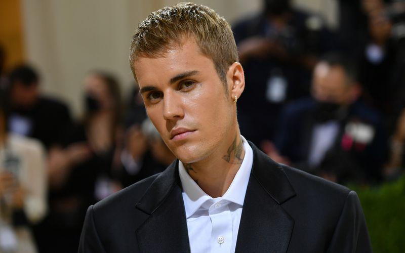 """Harten Drogen hat er abgeschworen, Marihuana konsumiert Justin Bieber aber immer noch: """"Ich habe jetzt einen Umgang mit Gras in meinem Leben entwickelt, der mir als Mensch guttut"""", sagte er kürzlich im """"Vogue""""-Interview. Und weil er an den medizinischen Nutzen der Droge glaubt, verkauft er unter dem Namen """"Peaches Pre-Rolls"""" nun limitierte Sets mit fertig gerollten Joints."""
