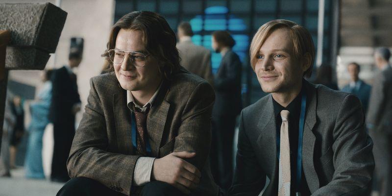 """Juri (Marius Ahrendt, links) und Carsten (Leonard Schleicher) sehen zum ersten Mal, dass ihre Idee """"TerraVision"""" bei den Menschen ankommt."""