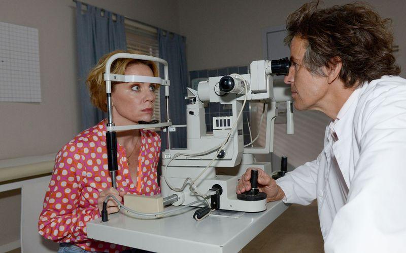 Dr. Zoltan Vancik (Ctisjan Zöllner) hat schlechte Nachrichten für Yvonne (Gisa Zach).