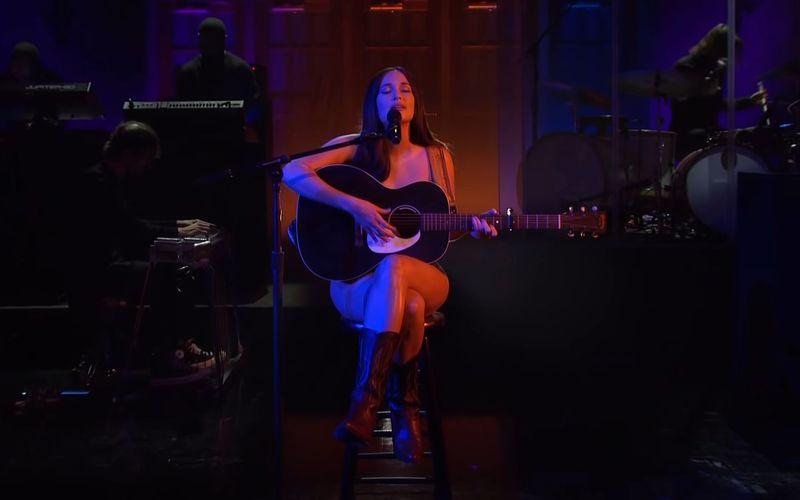 """Kacey Musgraves trat bei """"Saturday Night Live"""" auf, wie der Country-Gott sie schuf."""
