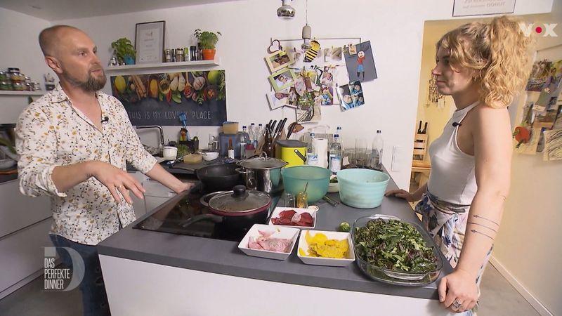 """Barbara und Chris im Küchen-Zwiegespräch: Wirkliche Freunde wurden die beiden in der """"Das perfekte Dinner""""-Woche nicht."""