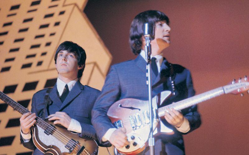 John Lennon (rechts) und Paul McCartney - hier im Jahr 1965 - waren kongeniale Partner bei den Beatles. 1970 war die Band am Ende - zur Trennung kursieren unterschiedliche Theorien.