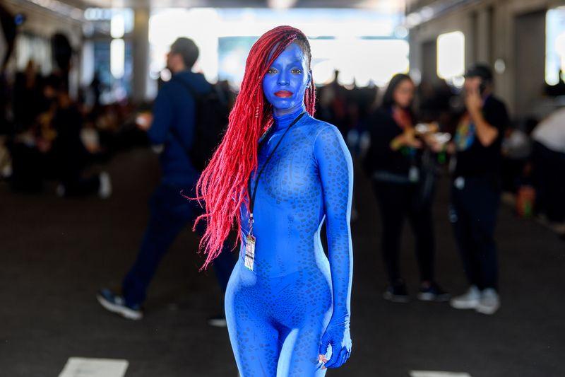 """Maskenpflicht mal anders: Bei der New York Comic Con 2021 eiferten Fans ihren Vorbildern aus Film, Fernsehen, Videogames und Comic-Büchern nach. Das Ergebnis: durch und durch fantastisch. Und manchmal ein bisschen fragwürdig. Die besten Cosplay-Kostümierungen im Überblick. Hier übrigens: Mystique aus """"The X Men""""."""