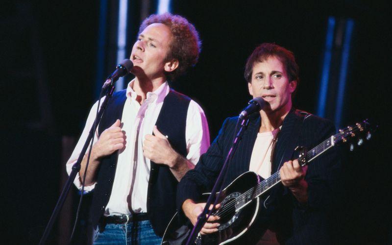 Im Doppelpack auf den Musik-Olymp: Art Garfunkel (links) und Paul Simon schrieben als Simon & Garfunkel Musikgeschichte. Wie viele Tonträger die beiden verkauften und ob es vielleicht sogar noch erfolgreichere Zweier-Kombos gibt oder gab, erfahren Sie in der Galerie: Das sind die beliebtesten Musik-Duos aller Zeiten!