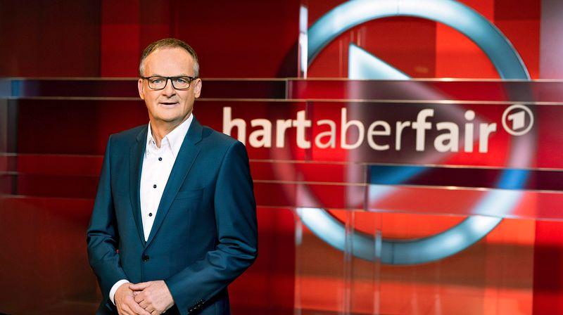 """Frank Plasberg diskutierte mit seinen Gästen am Montag bei """"Hart aber fair"""" unter anderem über die steigenden Benzinpreise."""