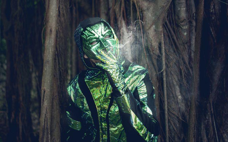 """Mit der Platte """"Zum Glück in die Zukunft II"""" landete Marteria 2014 seine erste Nummer eins, seitdem landete jede weitere seiner Platten weit oben in der Hitparade. Gelegentlich schlüpft Marteria aber immer noch in seine Rolle als Marsimoto - ein grüner Dauerkiffer. Das letzte Marsimoto-Album """"Verde"""" landete 2018 auf Platz drei in den Charts."""