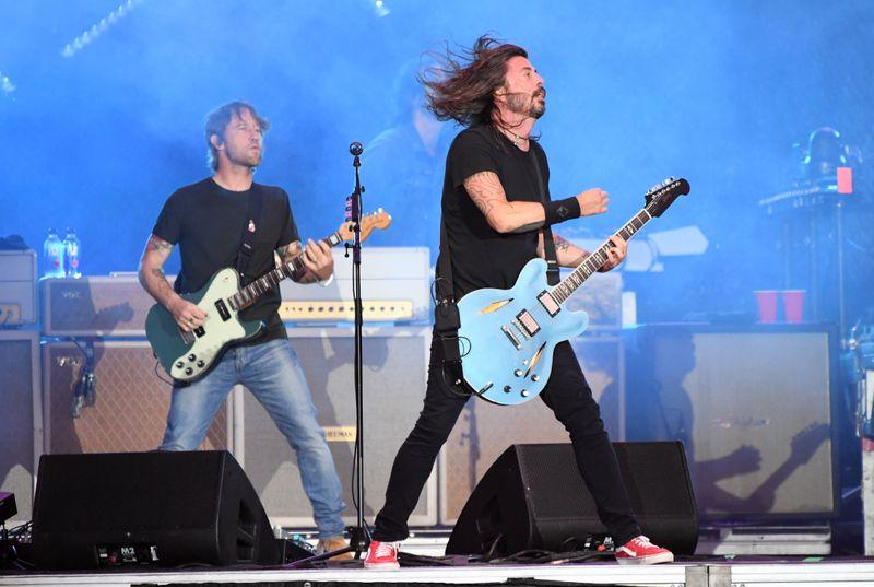 Gemeinsam mit seinen Bandkollegen (hier: Chris Shiflett, links) lässt es Dave Grohl auf der Bühne meist so richtig krachen.