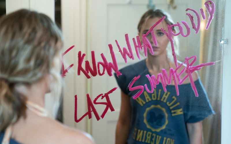 Liest man nicht so  gerne, wenn man ein Geheimnis hat: Lennon (Madison Iseman) weiß, dass jemand weiß, was letzten Sommer passierte. Im Schrank nebenan hängt übrigens ein abgeschittener Ziegenkopf - eine weitere, nicht besonders subtile Warnung.