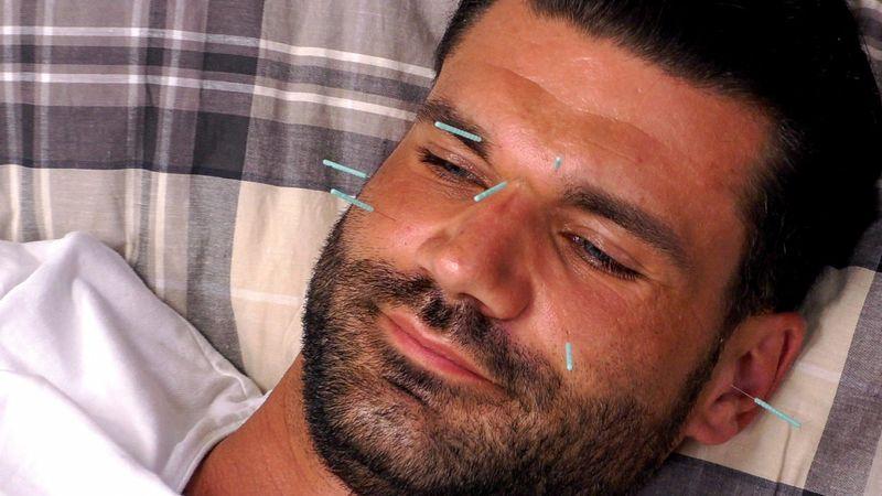 Akupunktur beruhigt Mike Cees-Monballijn, berichtet seine Frau Michelle. Wie wäre er dann ohne die Nadeln drauf?